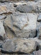 blason-sculpte-dans-un-mur